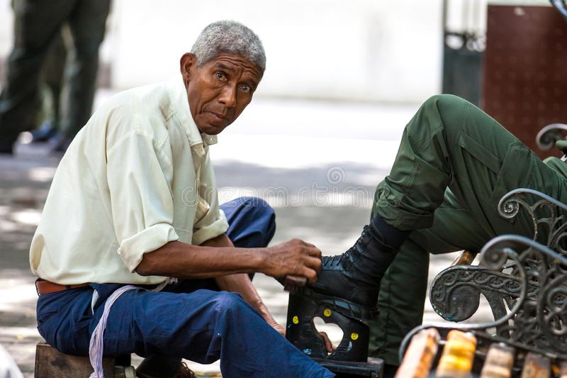 Στιλβωτής παπουτσιών οδών στο τετράγωνο bolívar στην περιτοιχισμένη πόλη της Καρχηδόνας de Indias στοκ εικόνες