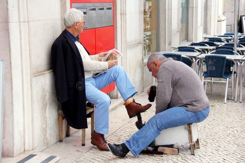 Στιλβωτής παπουτσιών στις οδούς της Λισσαβώνας στοκ φωτογραφίες