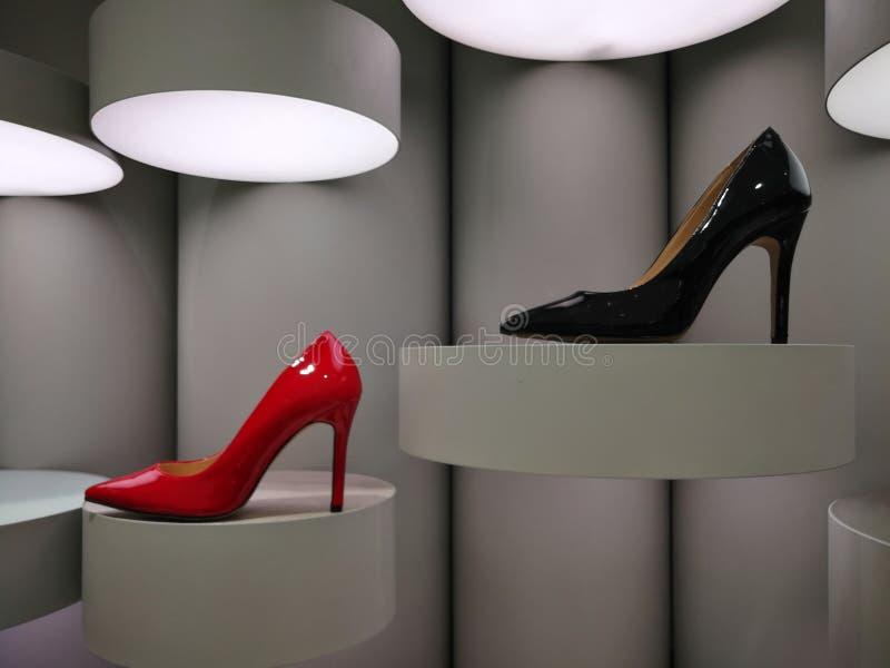 Στιλπνά κόκκινα και μαύρα υψηλά τακούνια στην επίδειξη στοκ εικόνες με δικαίωμα ελεύθερης χρήσης