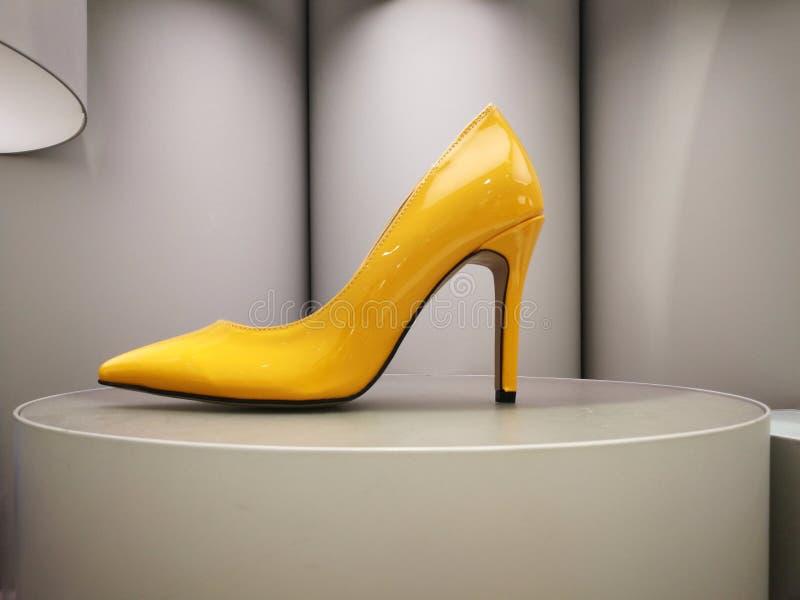 Στιλπνό κίτρινο υψηλό τακούνι στην επίδειξη στοκ εικόνες