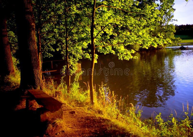 Στις αρχές βραδιού στη λίμνη στοκ εικόνες