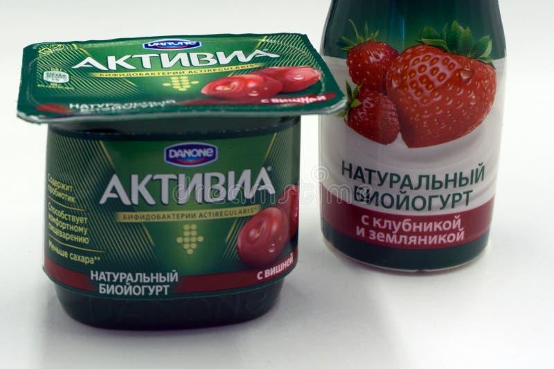 Στις 22 Φεβρουαρίου της Ρωσίας Berezniki: Γαλακτοκομικά προϊόντα στα τρόφιμα ACTIVIA υπεραγορών της Γαλλίας στοκ εικόνες