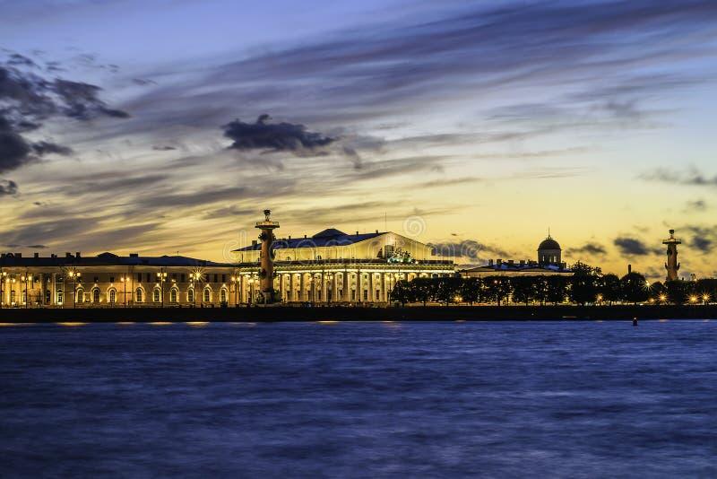 Στις όχθεις του ποταμού Neva στη Αγία Πετρούπολη Ρωσία στο ηλιοβασίλεμα στοκ φωτογραφία με δικαίωμα ελεύθερης χρήσης