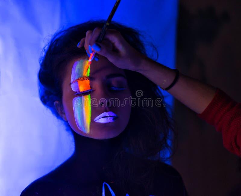 Στιλίστας που κάνει τη σύνθεση τέχνης σώματος στοκ φωτογραφία με δικαίωμα ελεύθερης χρήσης