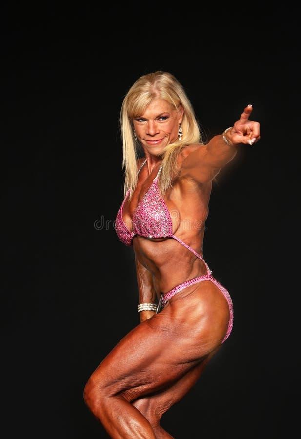 Στιλβωμένο ξανθό μέσης ηλικίας Bodybuilder στοκ εικόνα