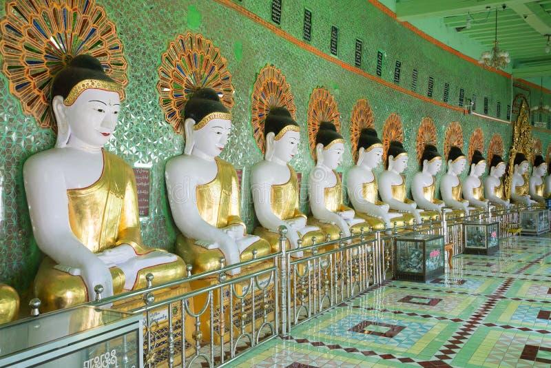 Στοά των αγαλμάτων του ελάχιστου Thonze παγοδών σπηλιών Buddhas συνεδρίασης ναού του U Myanmar στοκ εικόνες
