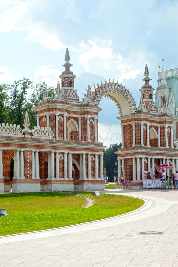 Στοά-φράκτης Tsaritsyno συνόλων της Ρωσίας Μόσχα με έναν αρχιτέκτονα Bazhenov 1784-1785 πυλών στοκ εικόνα με δικαίωμα ελεύθερης χρήσης