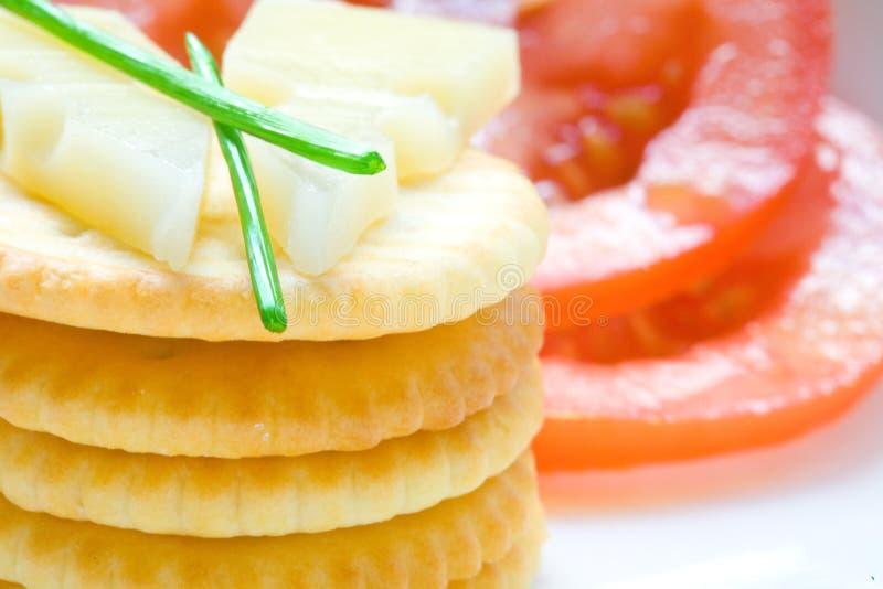 Στοίβα του μπισκότου με το τυρί και τα φρέσκα κρεμμύδια στοκ εικόνα με δικαίωμα ελεύθερης χρήσης