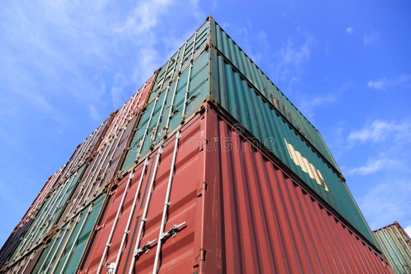 Στοίβα των εμπορευματοκιβωτίων φορτίου στις αποβάθρες στοκ φωτογραφία με δικαίωμα ελεύθερης χρήσης
