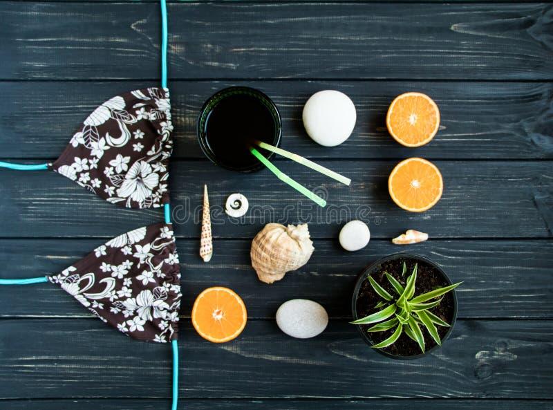 Στοιχεία διακοπών: μαγιό, πέτρες, θαλασσινά κοχύλια, φρούτα Η φωτογραφία ταξιδιού, επίπεδη βάζει, τοπ άποψη στοκ εικόνες με δικαίωμα ελεύθερης χρήσης