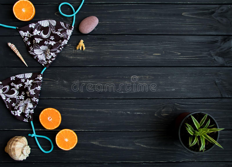 Στοιχεία διακοπών: μαγιό, πέτρες, θαλασσινά κοχύλια, φρούτα Η φωτογραφία ταξιδιού, επίπεδη βάζει, τοπ άποψη στοκ εικόνα