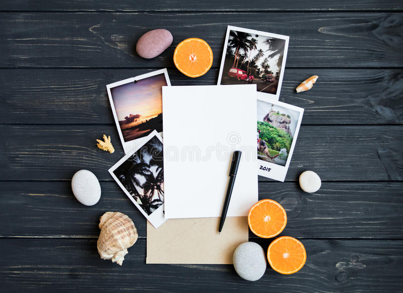 Στοιχεία διακοπών: φωτογραφίες, πέτρες, θαλασσινά κοχύλια, φρούτα, φωτογραφία ταξιδιού Επίπεδος βάλτε, τοπ άποψη στοκ φωτογραφία