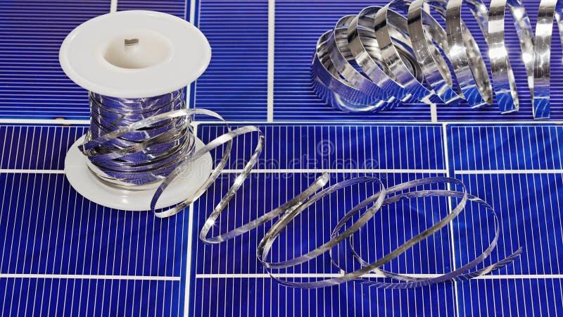 Στοιχεία και καλώδια κυττάρων ηλιακού πλαισίου στοκ φωτογραφία