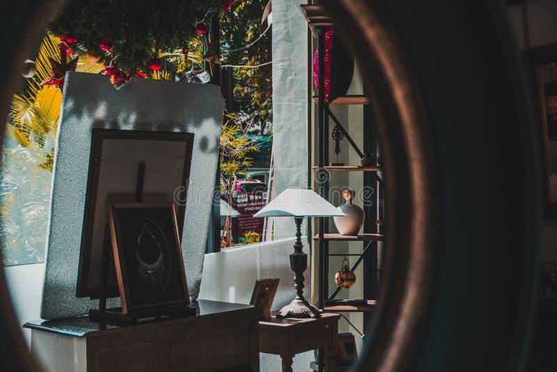 Στοιχεία σε ένα κατάστημα στη Πνομ Πενχ, Καμπότζη μέσω μιας αντανάκλασης καθρεφτών στοκ φωτογραφία