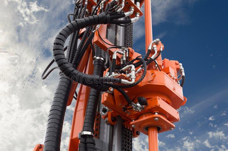 Στοιχεία της υδραυλικής μηχανής τρυπανιών πετρελαίου αντιολισθητικών αλυσίδων στο μπλε ουρανό στοκ φωτογραφίες με δικαίωμα ελεύθερης χρήσης