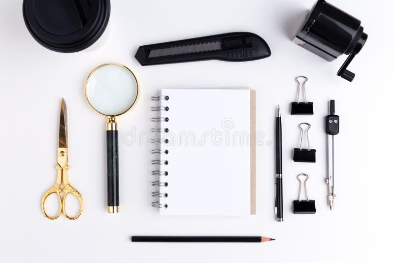 Στοιχεία χαρτικών και κενό σημειωματάριο στοκ φωτογραφία