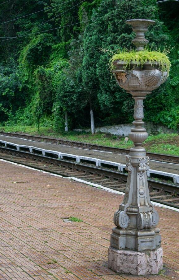 Στοιχείο διακοσμήσεων που βρίσκεται σε έναν παλαιό και όμορφο σιδηροδρομικό σταθμό στην Ευρώπη, Ρουμανία Στάση μετάλλων για τις ε στοκ φωτογραφίες