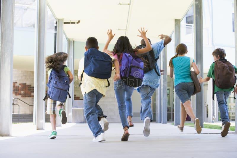 στοιχειώδεις εξωτερικοί μαθητές που διευθύνουν το σχολείο στοκ φωτογραφίες με δικαίωμα ελεύθερης χρήσης