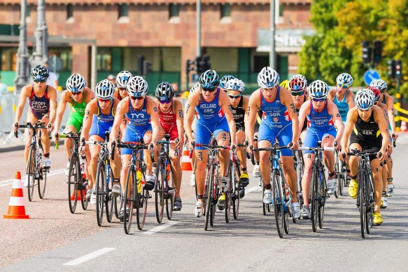 ΣΤΟΚΧΟΛΜΗ - 24 ΤΟΥ ΑΥΓΟΎΣΤΟΥ: Η δεύτερη των ομάδων ποδηλατών γυναικών στοκ εικόνα