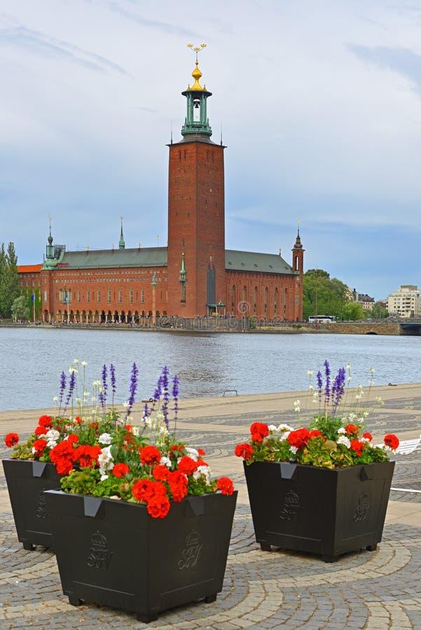 Στοκχόλμη Δημαρχείο 1923, να στηριχτεί του δημοτικού Συμβουλίου για την πόλη της Στοκχόλμης, στο υπόβαθρο των κρεβατιών λουλουδιώ στοκ εικόνες
