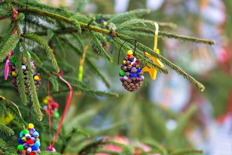 Στολίδια σε χριστουγεννιάτικο δέντρο στοκ φωτογραφίες με δικαίωμα ελεύθερης χρήσης