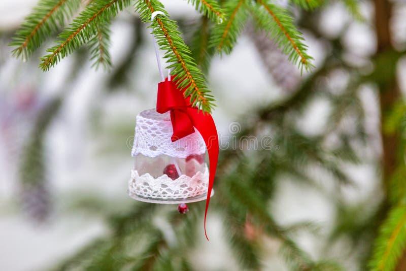 Στολίδια σε χριστουγεννιάτικο δέντρο στοκ φωτογραφία