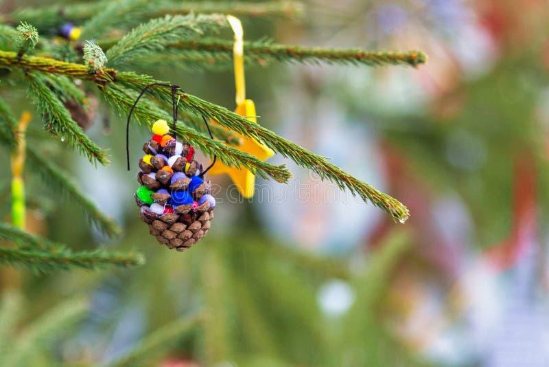 Στολίδια σε χριστουγεννιάτικο δέντρο στοκ φωτογραφίες