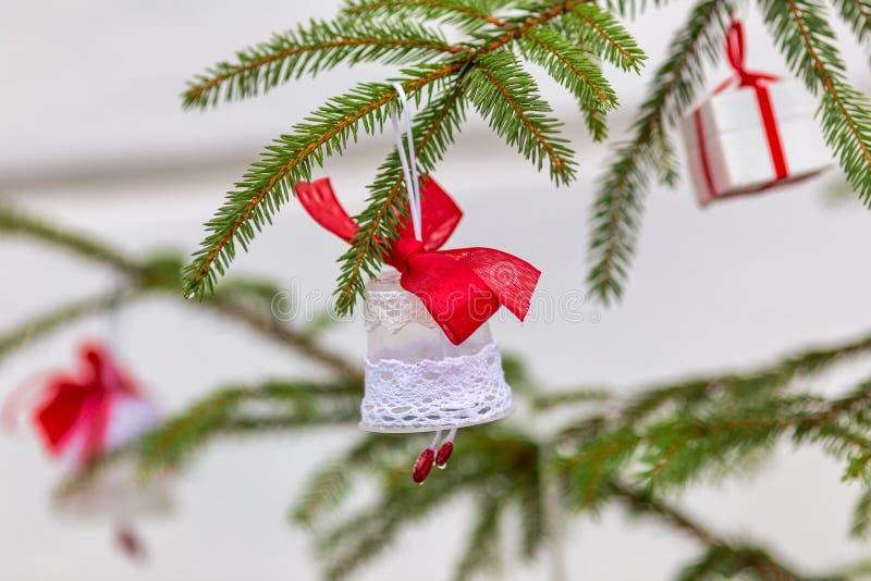 Στολίδια σε χριστουγεννιάτικο δέντρο στοκ φωτογραφία με δικαίωμα ελεύθερης χρήσης