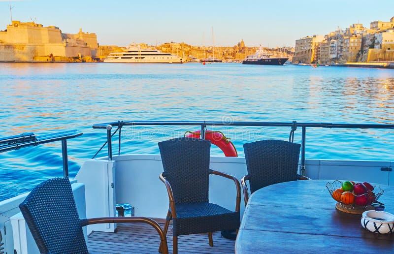 Στον πίνακα του γιοτ στο μεγάλο λιμάνι Valletta, βύνη στοκ φωτογραφίες