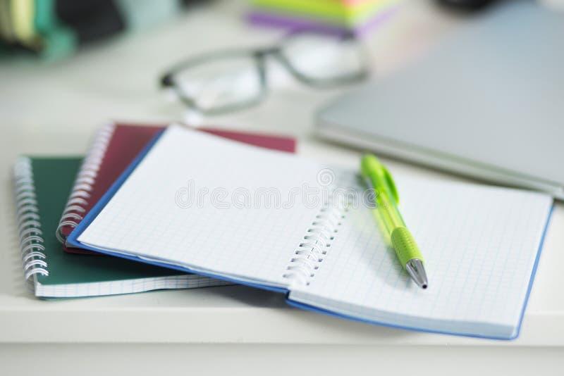 Στον υπολογιστή γραφείου είναι ένα σημειωματάριο και μια μάνδρα στοκ φωτογραφία με δικαίωμα ελεύθερης χρήσης