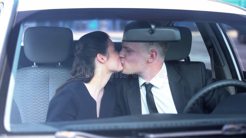 Στοργικός σύζυγος που φιλάει τη γυναίκα του πριν από την εργάσιμη ημέρα, σχέσεις εμπιστοσύνης, εραστές στοκ φωτογραφία