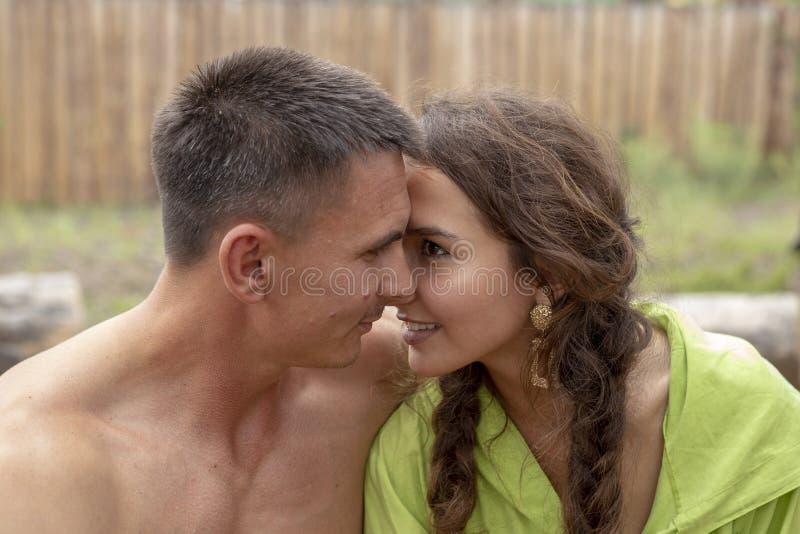 Στοργικός τύπος και κορίτσι που φιλιούνται στο δάσος στοκ εικόνα με δικαίωμα ελεύθερης χρήσης