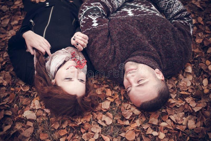 Στοργικό ζεύγος ερωτευμένο στοκ εικόνες