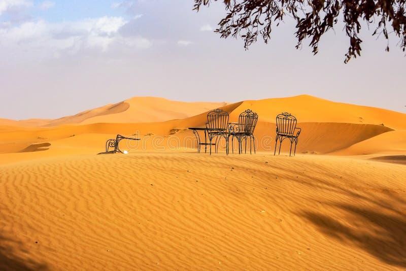 Στους αμμόλοφους Erg Chebbi κοντά σε Merzouga στο νοτιοανατολικό Μαρόκο στοκ φωτογραφίες