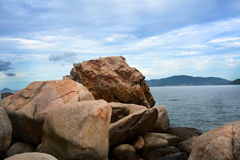 Στους βράχους ένα λεπτό πριν από τη βροχή στοκ εικόνα με δικαίωμα ελεύθερης χρήσης
