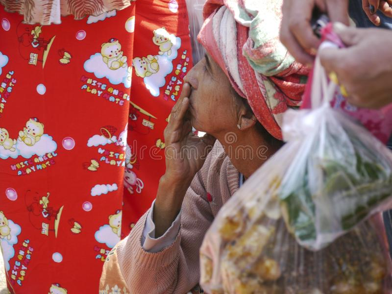 Στοχαστική βιρμανίδα διάταξη θέσεων γυναικών στοκ εικόνες