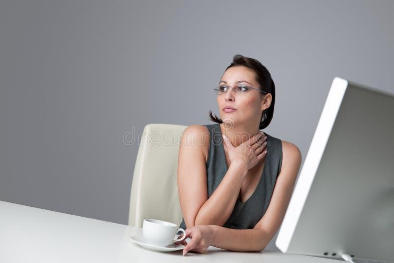 στοχαστική γυναίκα γραφ&ep στοκ εικόνες