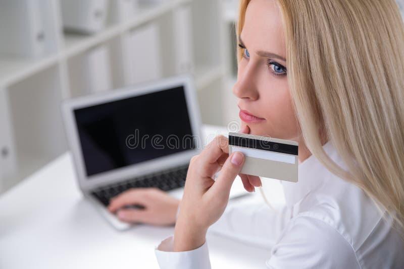 Στοχαστική επιχειρηματίας με την κάρτα στοκ φωτογραφίες