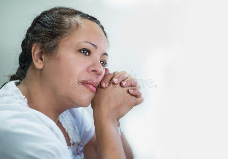 Στοχαστική ισπανική γυναίκα στοκ φωτογραφία με δικαίωμα ελεύθερης χρήσης