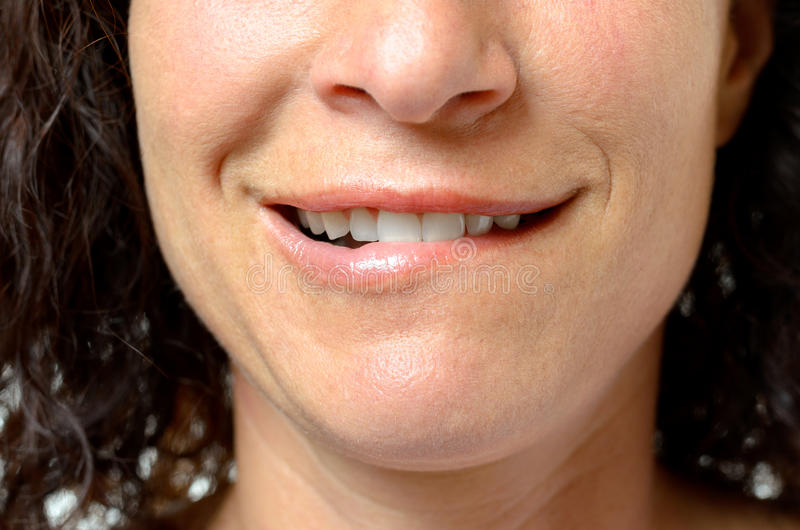 Στοχαστική νέα γυναίκα που δαγκώνει το χείλι της στοκ εικόνες