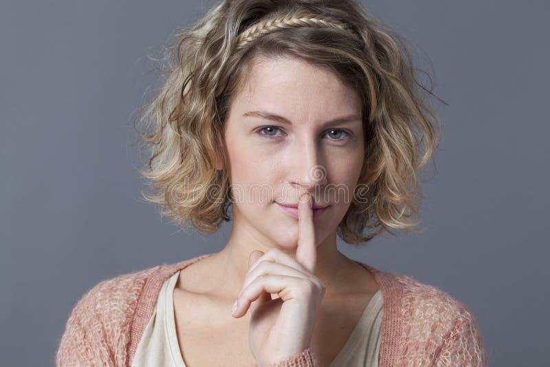 Στοχαστική νέα γυναίκα που κρατά τα όνειρα και τα μυστικά της για την στοκ φωτογραφίες