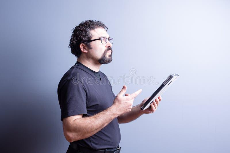 Στοχαστική ταμπλέτα εκμετάλλευσης ατόμων και υπολογισμός σε διαθεσιμότητα στοκ εικόνες