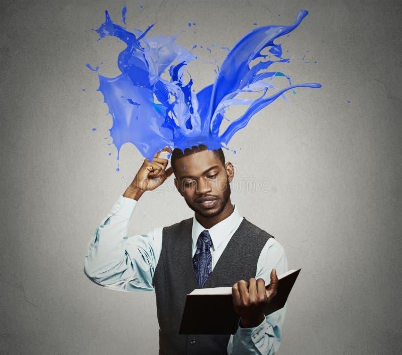 Στοχαστικοί ζωηρόχρωμοι παφλασμοί βιβλίων ανάγνωσης επιχειρηματιών που βγαίνουν από το κεφάλι στοκ φωτογραφίες