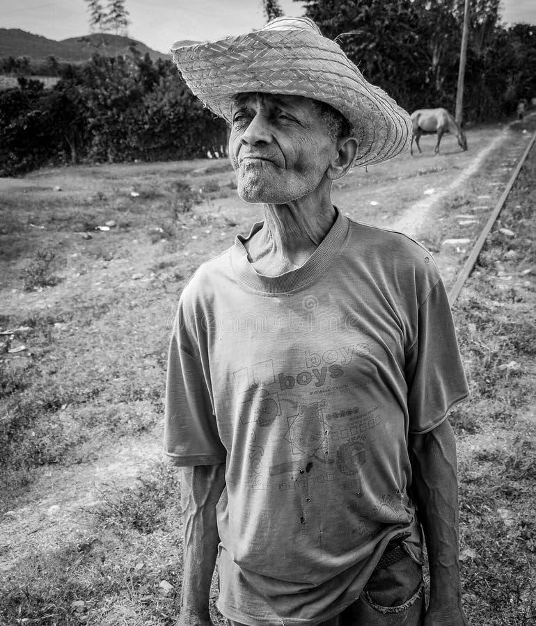 στοχαστικός αγρότης με το καπέλο αχύρου στοκ φωτογραφίες