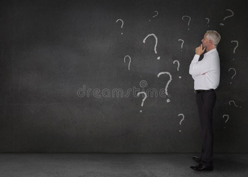 Στοχαστικός επιχειρηματίας που στέκεται σε ένα σκοτεινό δωμάτιο ελεύθερη απεικόνιση δικαιώματος
