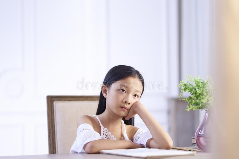 Στοχαστικός λίγο ασιατικό κορίτσι στοκ εικόνες