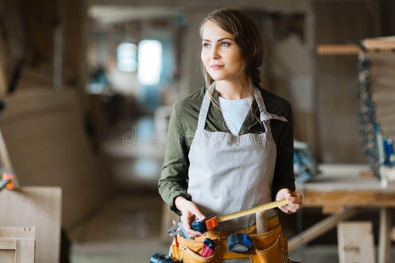 Στοχαστικός ξυλουργός με το μέτρο ταινιών στοκ φωτογραφία με δικαίωμα ελεύθερης χρήσης