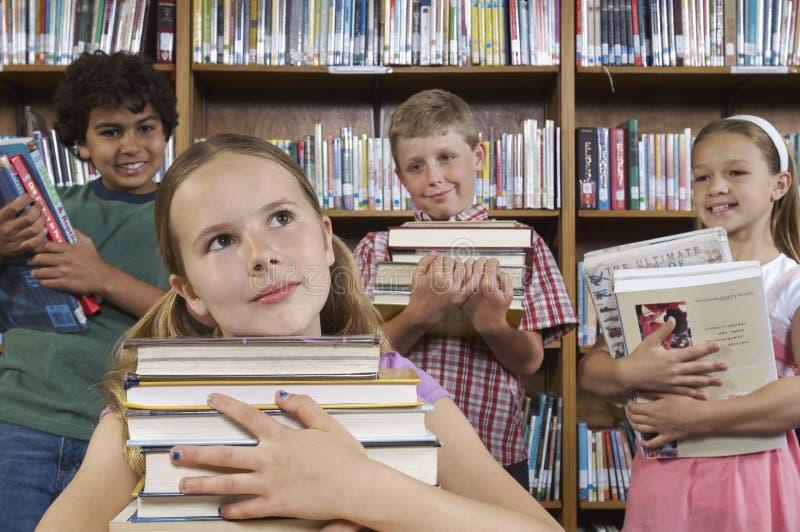 Στοχαστικός σωρός εκμετάλλευσης κοριτσιών των βιβλίων στοκ φωτογραφία με δικαίωμα ελεύθερης χρήσης