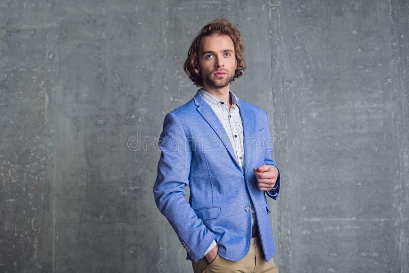 Στοχαστικό άτομο που στέκεται στο μοντέρνο κοστούμι στοκ φωτογραφία με δικαίωμα ελεύθερης χρήσης