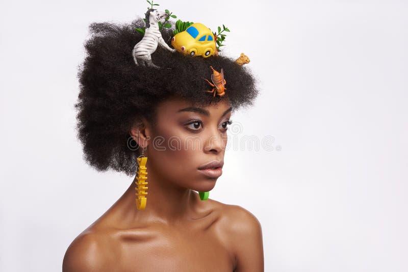 Στοχαστικό εθνικό πρότυπο με το περίεργο σαφάρι hairstyle στοκ εικόνες